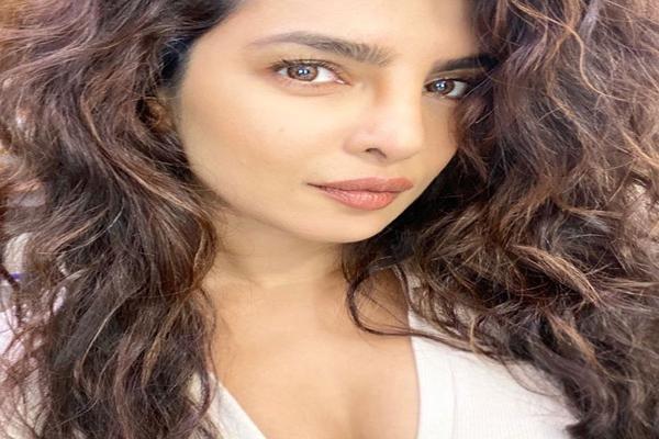 Priyanka Chopra wavy hair look gets rave reactions - Bollywood News in Hindi