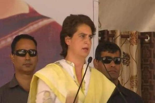 PM मोदी पर बरसी प्रियंका, कहा-RSS वाले करते थे अंग्रेजों की 'चमचागिरी'
