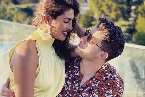 Priyanka posts picture with hubby Nick Jonas: My everything - Bollywood News in Hindi