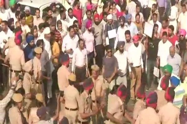 Punjab teachers block highway near Ludhiana - Ludhiana News in Hindi