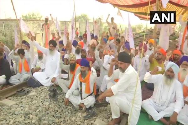 कृषि बिलों के विरोध में पंजाब में रेल रोको आंदोलन जारी, देखें तस्वीरें