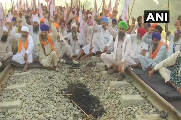 पंजाब में कृषि कानूनों के विरोध में किसानों का 14वें दिन भी रेल रोको आंदोलन जारी, देखें तस्वीरें