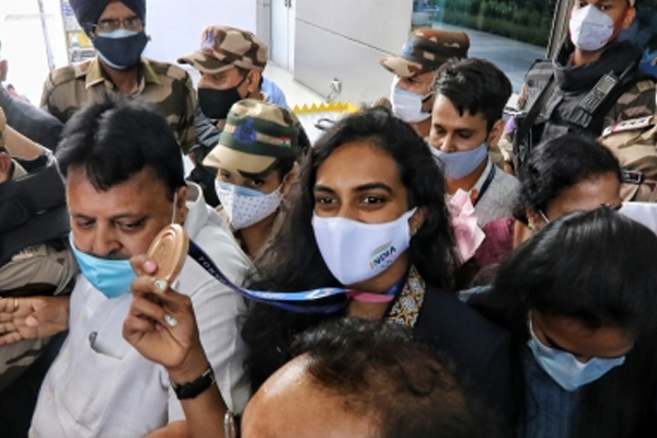 Double Olympic medallist PV Sindhu returns home to grand welcome at the Delhi airport on Tuesday - Badminton News in Hindi