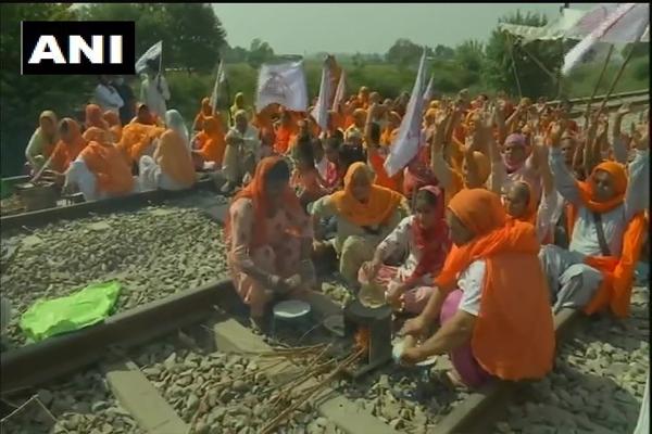 पंजाब में किसानों का रेल रोको आंदोलन जारी, रेलवे ट्रैक पर खाना बनाया, देखें तस्वीरें