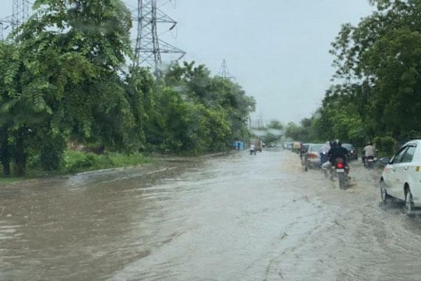 गुरुग्राम में भारी बारिश से यातायात बाधित