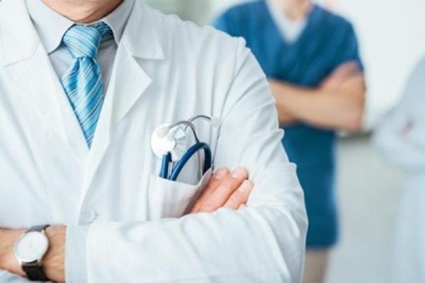 काम का तनाव- नर्स ने डॉक्टर को मारा थप्पड़