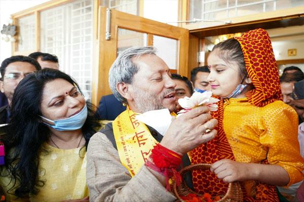 CM Tirath Singh Rawat of Uttarakhand celebrated Phuldei festival with children - Dehradun News in Hindi