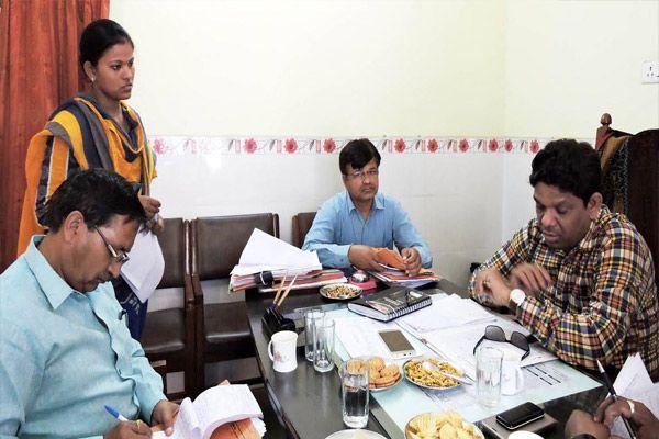 badaun DM visit block ujhani for progress report of goverment scheme - Budaun News in Hindi