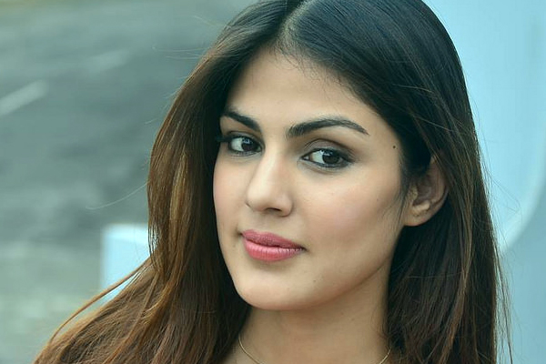 Rhea Chakraborty, family left building in middle of night: Reports - Bollywood News in Hindi