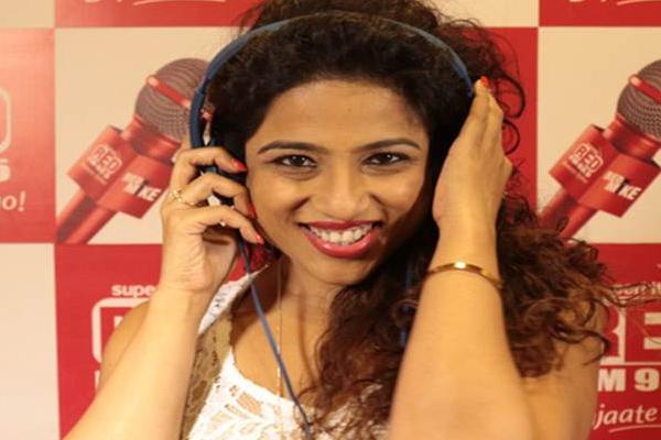 RJ Malishka Dig at BMC: Shiv Sena Hits Back With Parody Song, To File Rs 500 Crore Defamation Case Against Her - Mumbai News in Hindi