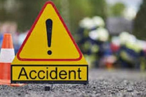 टवेरा कार ने खडे ट्रक के पीछे से मारी टक्कर, तीन लोगों की मौत