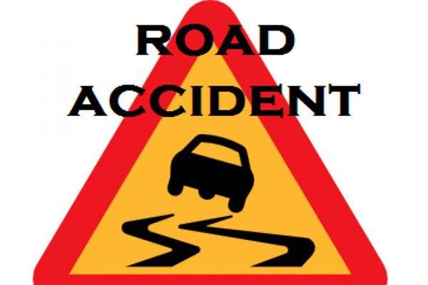 सड़क किनारे खड़े ट्रेलर में घुसी कार, 3 की मौत