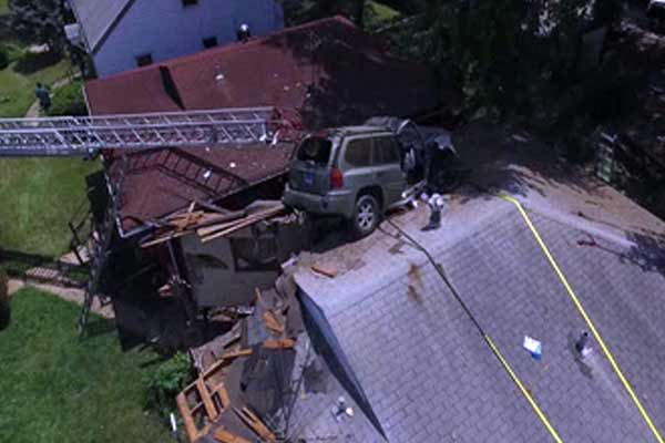 Speeding SUV crashes, lands on roof of house - Weird Stories in Hindi
