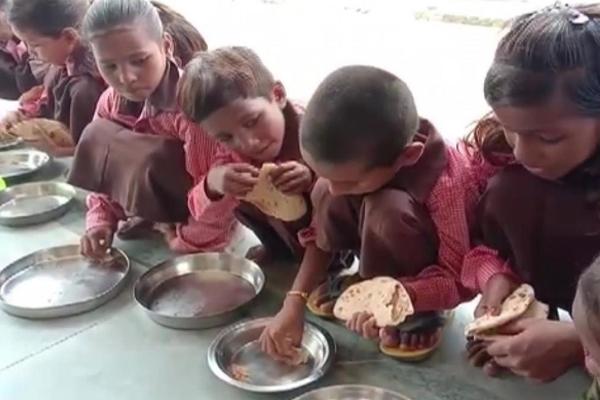 मिर्जापुर के शिउर विद्यालय में नहीं पहुंचे बच्चे