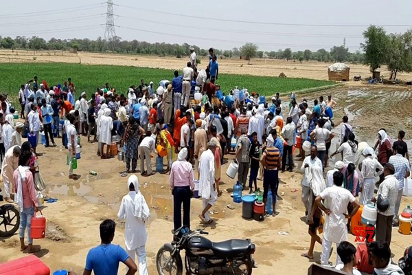 'चमत्कारी पानी' के लिए हरियाणा के गांव में उमड़ रही भीड़