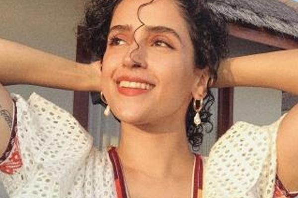 Sanya Malhotra flaunts perfect skin in latest photo-op - Bollywood News in Hindi