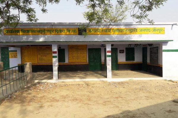 Barasathi Jaunpur school here teacher not come school on time - Jaunpur News in Hindi