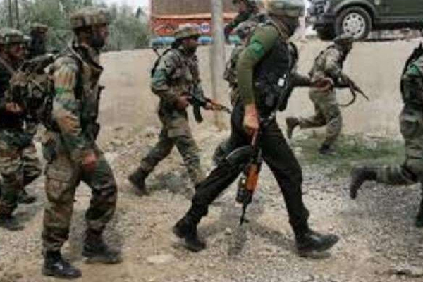 jammu kashmir exchange of fire between security forces and terrorists in awantipora - Srinagar News in Hindi