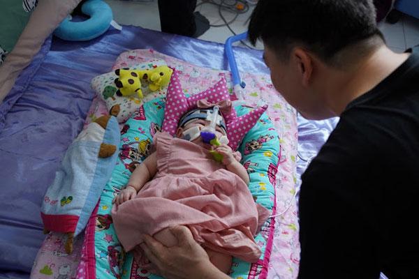 चमत्कार। 13 महीने बाद इस बच्ची को मिली अस्पताल से छुट्टी, जन्म के समय था एक सेव के बराबर वजन