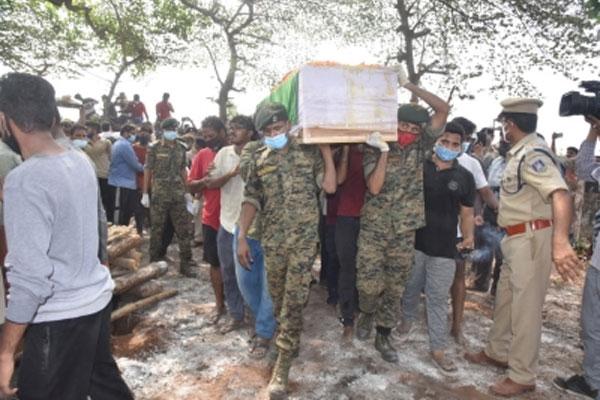 आंध्र प्रदेश : छत्तीसगढ़ के शहीद का राजकीय सम्मान के साथ अंतिम संस्कार, देखें तस्वीरें