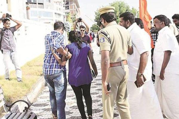 Kerala shiv sena activists harassed couples in kochi - Kochi News in Hindi