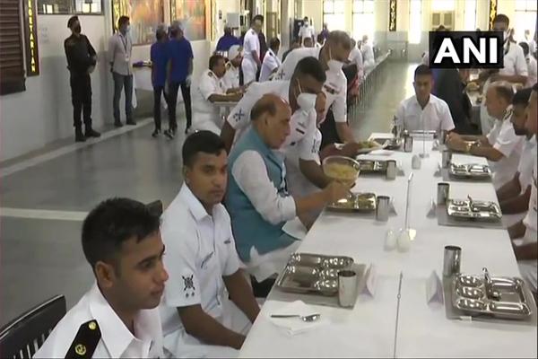 Defense Minister Rajnath Singh eats Bada Khana with Navy officers and sailors - Kochi News in Hindi