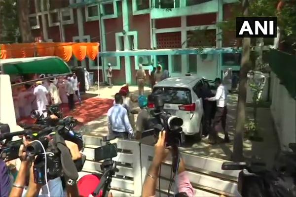 SIT reached the MLA flat of former Punjab CM Parkash Singh Badal - Punjab-Chandigarh News in Hindi