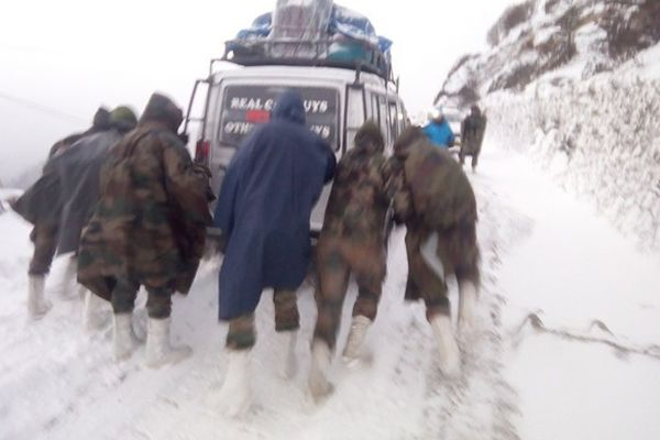 Arunachal: Army rescues 127 tourists stranded in snow storm - India News in Hindi