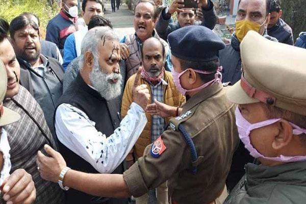 Ink thrown on Delhi MLA Somnath Bharti in Rae Bareli - Rae-Bareli News in Hindi