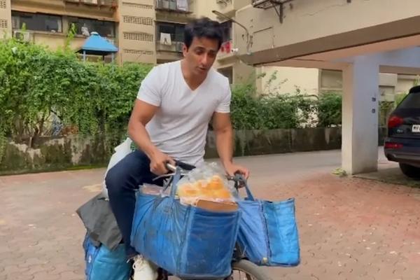 Sonu Sood sells eggs, bread from Sonu Sood ki Supermarket on a cycle - Bollywood News in Hindi