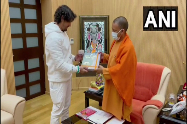 Singer Sonu Nigam meets UP CM Yogi - Lucknow News in Hindi
