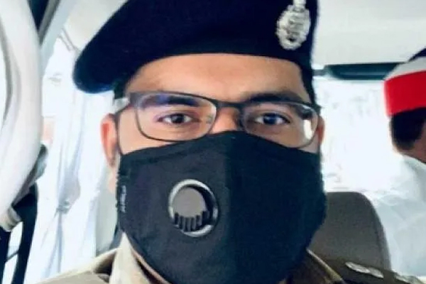 SSP arrested the constable playing cards, recovering and disappearing tobacco - Etawah News in Hindi