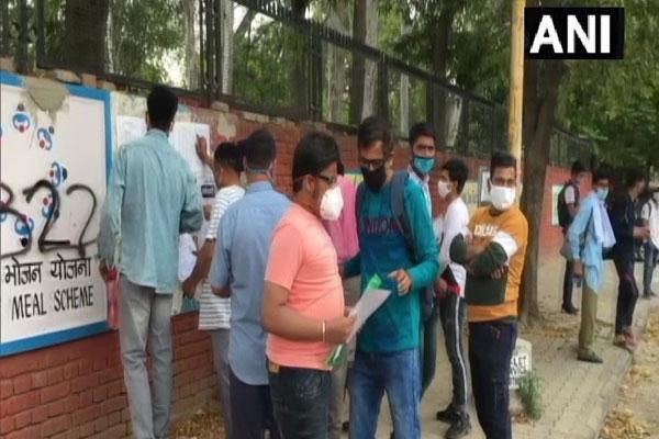 चंडीगढ़ में लागू वीकेंड कर्फ्यू के बीच एनडीए की परीक्षा देने पहुंचे छात्र