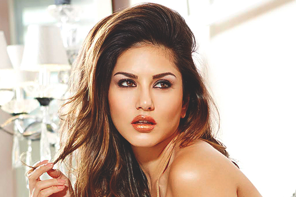 Lockdown diaries: Sunny Leone forced to mop the floor - Bollywood News in Hindi
