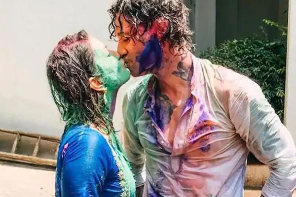 Sunny Leone Holi kiss with hubby - Masala Gossips in Hindi