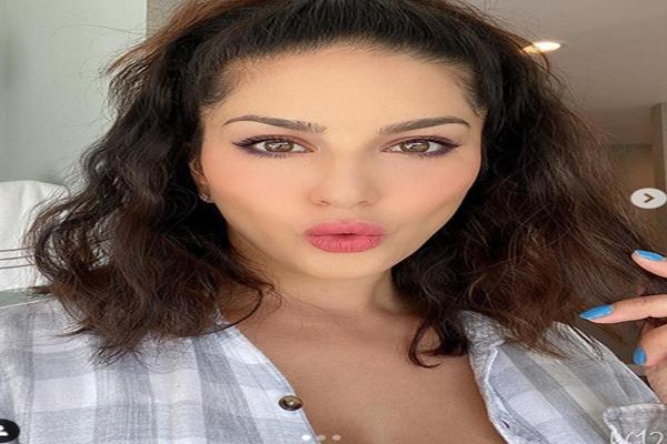 Sunny Leone pink-pink look, see photos - Mumbai News in Hindi