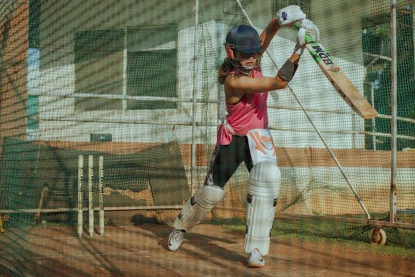 Taapsee Pannu starts week with cricket practice - Bollywood News in Hindi