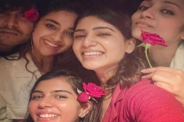 This is Samantha-style girl bonding - Bollywood News in Hindi
