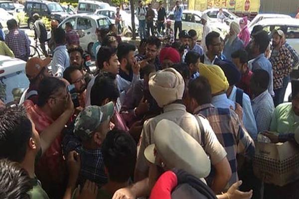 पत्रकारों के साथ बदसलूकी, तीन पुलिसकर्मियों को किया सस्पेंड