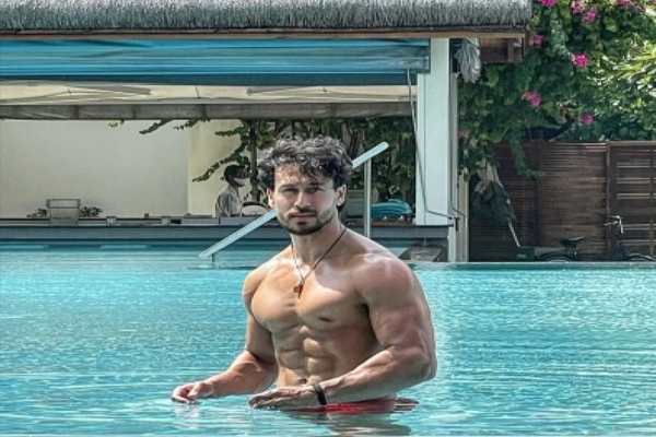 Tiger Shroff flaunts his perfect washboard abs in pool picture - Bollywood News in Hindi