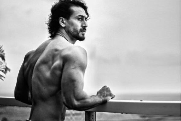Tiger Shroff flaunts sexy back, B-Town friends and fans are impressed - Fitness Tips in Hindi
