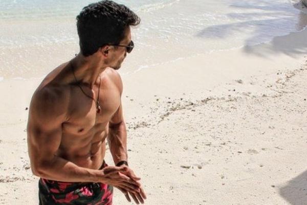 Tiger Shroff goes shirtless on the beach - Bollywood News in Hindi