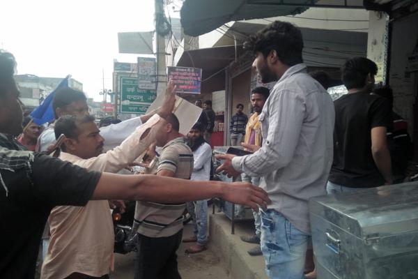 आरक्षण व संविधान से छेड़छाड़ के विरोध में दुकाने बंद कराने को लेकर तनातनी