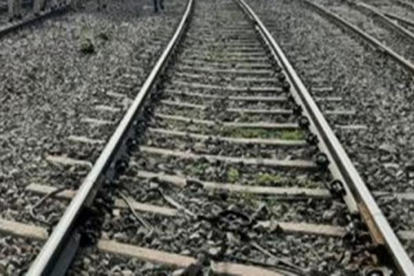 5 jump off wrong train, 1 dead - Jhansi News in Hindi
