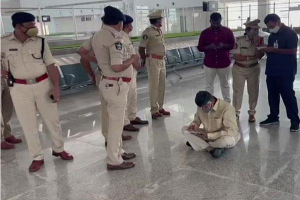 High drama at Tirupati airport as Naidu stages sit-in - Tadpatri News in Hindi