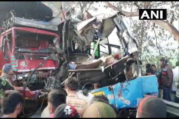 यूपी के मुरादाबाद में ट्रक-बस की टक्कर में 10 लोगों की मौत
