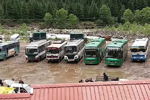 Welcome the Tourists by mud in Manali - Kullu News in Hindi