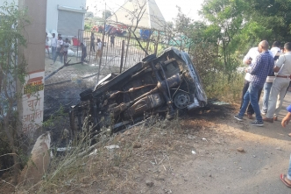 Two burnt to death as car catches fire after collision with a pole - Gurugram News in Hindi