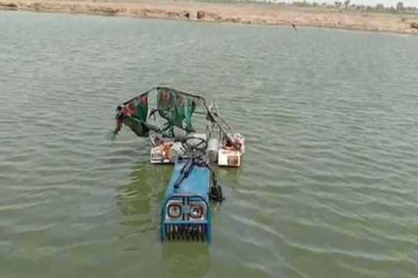 Bharatpur :4 dead after a tractor fell into pond - Bharatpur News in Hindi