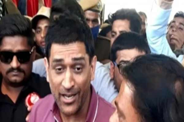 Uncontrolled crowd getting a glimpse of Dhoni in Rajasthan - Jaipur News in Hindi
